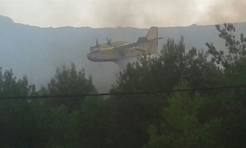Vatrogasci jedva obranili kuće, u pomoć pozvan i kanader
