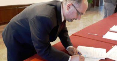 Daniel Vukelja potpisuje ugovor ist