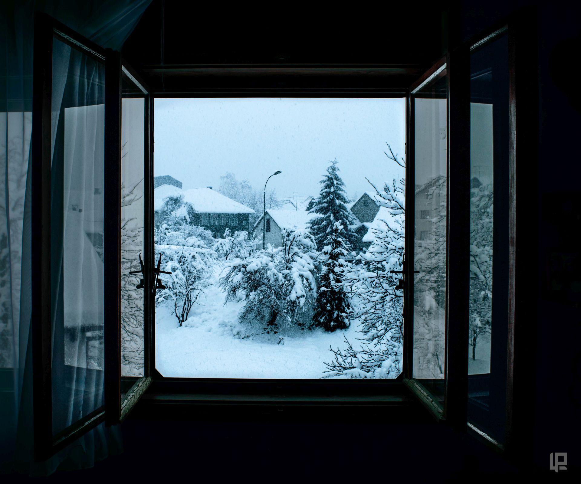 Lorena pogled kroz prozor v