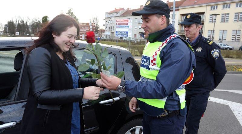 Karlovac: Povodom Dana žena djelatnici PU Karlovaèke darivali žene u prometu