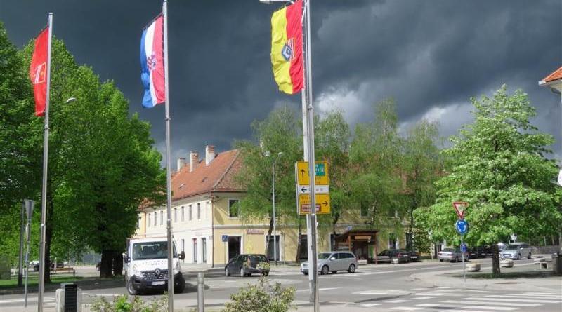 crni oblaci iznad grada ist