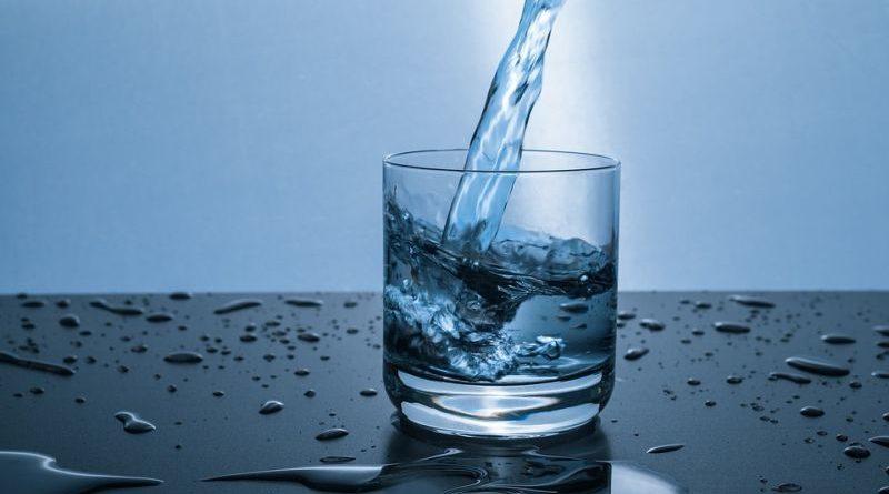 čaša voda ist