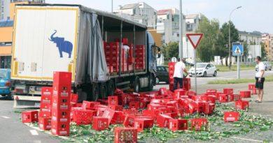 Karlovac: Iz kamiona na kružnom toku ispalo sedamdesetak gajbi piva