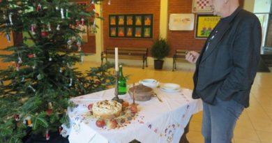 Tradicionalno okićen bor i postavljen stol