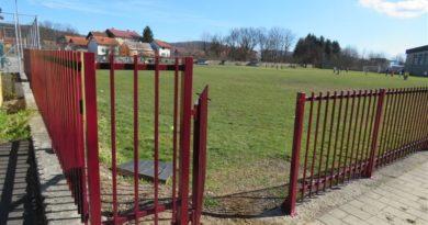 Oko pomoćnog stadiona postavljena ograda