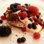 Slatki desert s bobičastim voćem